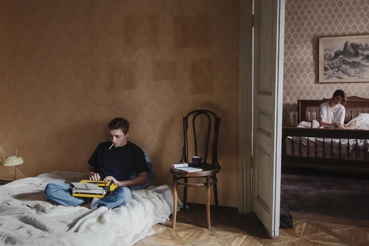 Сын с друзьями пробрались в спальню мамы